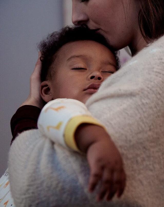 אמא מחזיקת תינוק