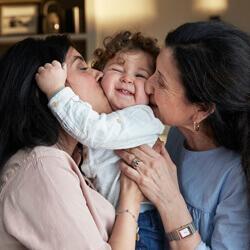 אמא וסבתא מנשק ילד